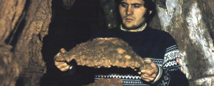 Pe un colţ de eroziune, pălăria care a dat nume peşterii; crescută prin prelingerea carbonatului de calciu pe un strat de argilă. Foto: Dorin Stanciu, Aurel Ioţa.  - romania-natura.ro